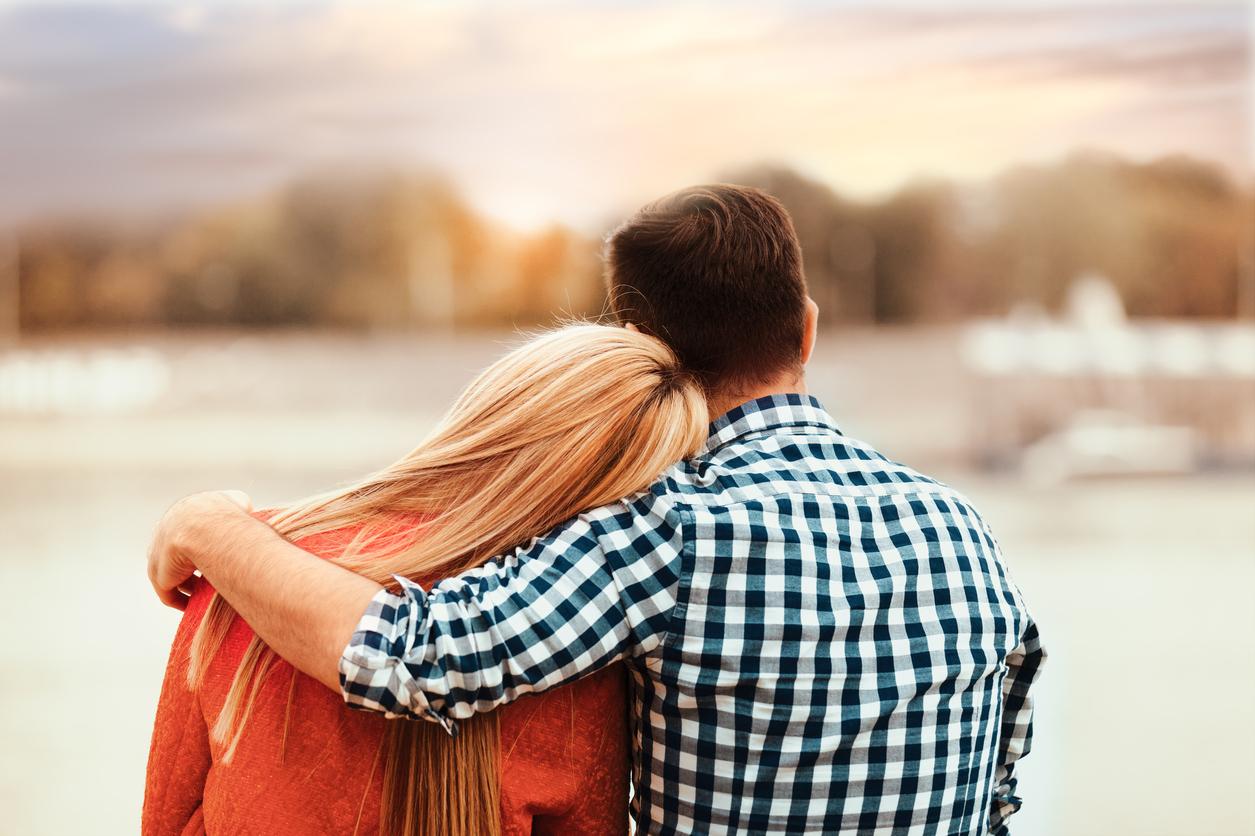 Картинка девушка в обнимку с парнем